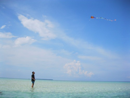 Bermain layang-layang di pantai Cemara.