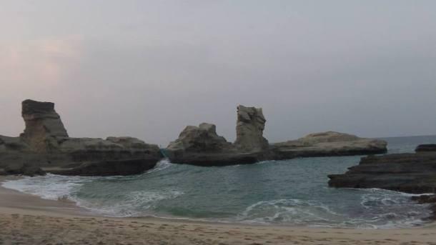 Pantai Klayar dan Spinx yang patah (Foto : Setyaji Rizki Utomo)