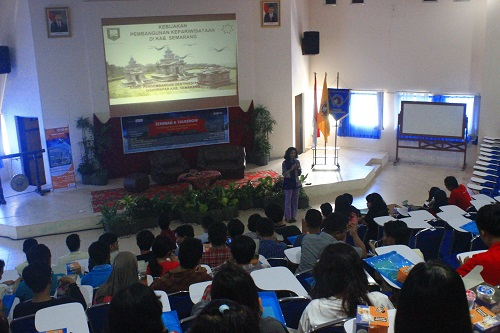 Kepala Dinas Pariwisata Kabupaten Semarang, Agustina Rudiarti menyampaikan materi dalam Seminar 'Pentingnya Pariwisata Berbasis Komunitas Terhadap Desa Wisata.' (Foto: Yunika Arum Prajanti)